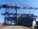 5000TEU급 컨테이너선 HMM 프리빌리지(Privilege)호가 광양항에서 국내 수출기업들의 화물을 싣고 있다