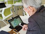 생명숲 100세 힐링센터에 소속된 남성 홀몸 어르신이 태블릿 PC 기반 인지재활프로그램을 이용하고 있다