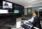 문성혁 해수부 장관이 HMM 선박 종합상황실에서 'HMM 가온(Gaon)호' 유길종 선장과 화상통화를 하고 있다