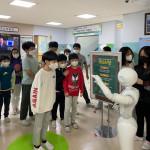 서울 교동초등학교에 설치된 인공지능(AI) 영어 회화를 위한 휴머노이드 로봇 '페퍼(Pepper)'