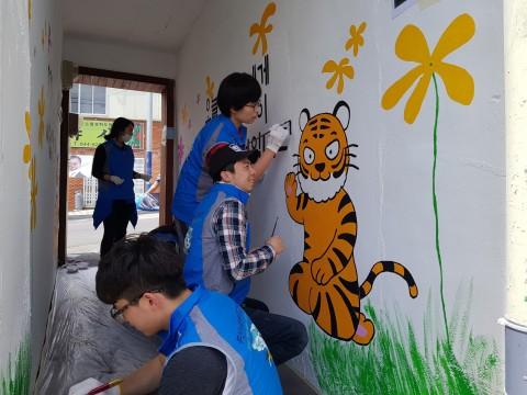 한국보건복지인력개발원 부산교육센터 사회복무벽화지원단, 동서대학교 봉사 동아리와 함께 호천마을 주민들을 위한 벽화 재능 나눔 봉사 실시