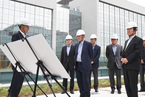 구본무 회장이 융복합 R&D 메카 LG사이언스파크 마무리 현장을 점검했다