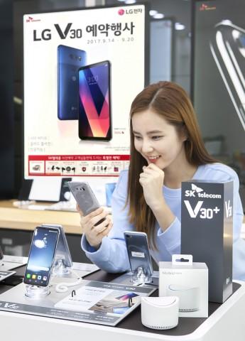 SK텔레콤이 LG V30을 미리 체험해보고 싶은 고객을 위해 전국 850여개 SK텔레콤 공식인증매장에서 체험존을 운영하고 14일부터 사전예약에 돌입한다