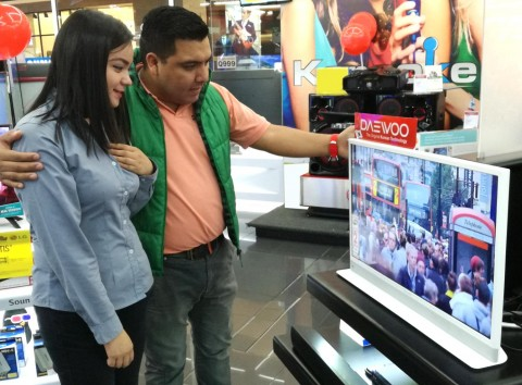부대우전자는 이달부터 중남미 과테말라 가전 최대유통업체 맥스에 인테리어 TV 허그를 공급, 판매를 시작했다