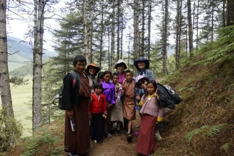 부탄 현지인들과 함께 한국 여행객