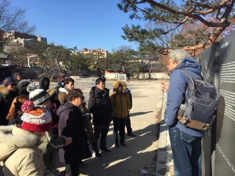 한국청소년연맹이 2018년도 청소년지도자 전통문화 기능연수를 실시했다. 사진은 창덕궁에서 해설사의 설명을 경청하고 있는 참가 교사들