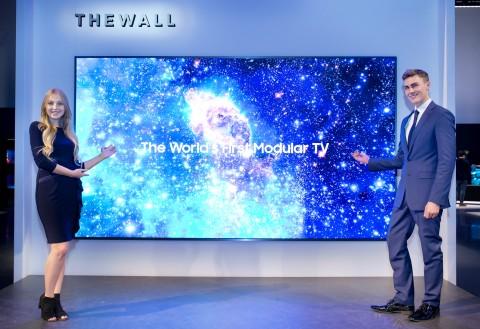 삼성전자가 7일 미국 라스베이거스 엔클레이브 컨벤션 센터에서 CES 2018 개막에 앞서 미래 TV 비전과 2018년에 선보일 신제품·신기술을 소개하는 삼성 퍼스트 룩 2018 행사를 개최했다