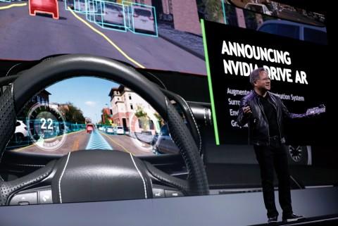엔비디아의 창립자 겸 CEO 젠슨 황이 미국 라스베이거스에서 열린 엔비디아 CES 2018 기자간담회에서 자율주행 안전 솔루션 개발 경쟁에 주도권을 확고히 하겠다고 밝혔다