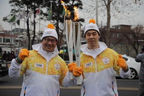 대한민국 아이스하키 남자 국가대표팀 백지선 감독(왼쪽)과 주장 박우상 선수(오른쪽)가 14일 성화봉송에 참여했다