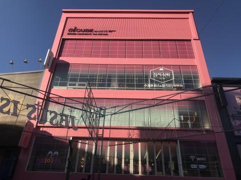 예쉬컴퍼니가 부산 남포동에 VR 게임 체험존 VR ZONE 엘큐브 광복점을 오픈했다. 사진은 롯데 엘큐브 광복점 전경