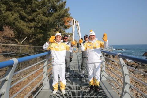 2018 평창 동계올림픽 성화가 8일 빙상의 도시 강릉에서 봉송을 성공적으로 마쳤다