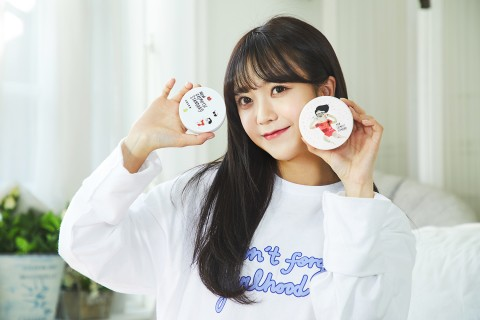 코스알엑스 패드 케이스와 오리지널 패드를 들고 있는 김소희
