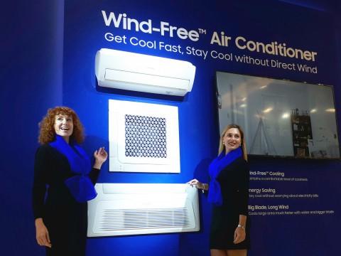 삼성전자 모델들이 MCE 2018에서 무풍냉방 기술을 탑재한 무풍에어컨 제품들을 소개하고 있다