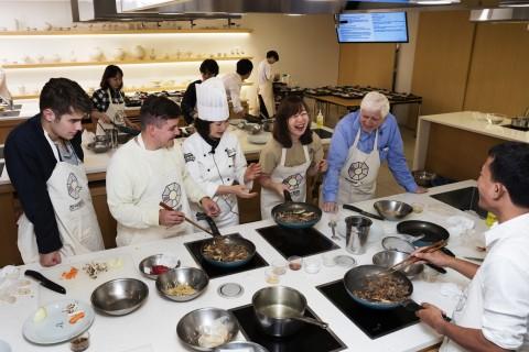 한식문화관 요리강좌를 받는 수강생들