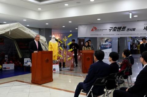 9일 국회의원회관서 티에리 코펜스 국경없는의사회 한국 사무총장이 구호텐트 전시회 개막 인사를 하고 있다
