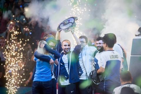 팀 리퀴드 선수들이 지난해 도타2 디 인터내셔널에서 우승을 차지한 뒤 기뻐하고 있다