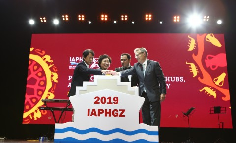 At the closing ceremony of the Conference, Ms. Yuan Yue, the Deputy Director of Guangzhou Port Authority, Mr. Santiago Garcia Mila, President of IAPH, and Dr. Taleh Ziyadov, Director General of Baku International Sea Trade Port CJSC jointly launched the emblem for 2019 China World Ports Conference, symbolizing the official launching for 31st World Port Conference in Guangzhou
