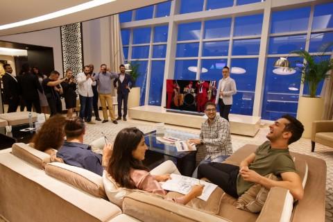중동 현지인들이 보통 손님을 맞이하는 마즐리스 공간에서 참석자들이 삼성 QLED TV 콘텐츠를 즐기고 있다