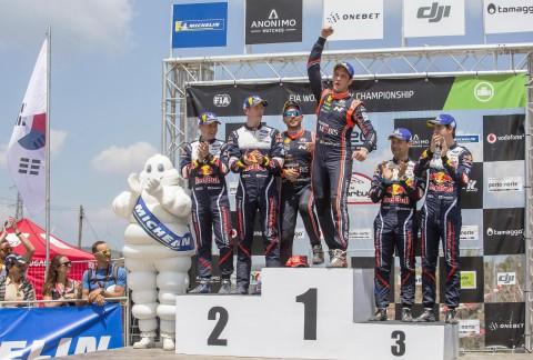 )2018 WRC 포르투갈 랠리에서 우승을 차지한 티에리 누빌(오른쪽)과 니콜라스 질술(왼쪽, 티에리 누빌의 Co-Driver)이 1위 포디움에 올라 기념 촬영을 하고 있다