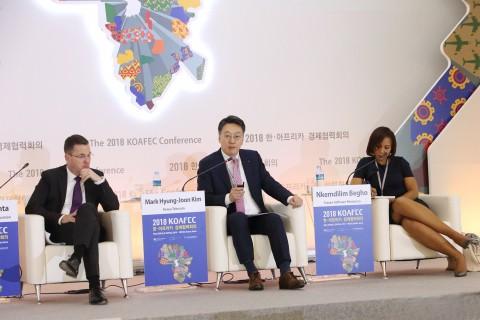 KOAFEC 민관협력포럼에 패널로 참석한 KT 글로벌사업단장 김형준 전무(왼쪽 2번째)가 르완다 민관협력 사례를 소개하고 있다