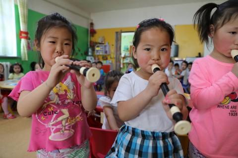 리코더를 선물 받은 아이들이 연주를 하고 있다