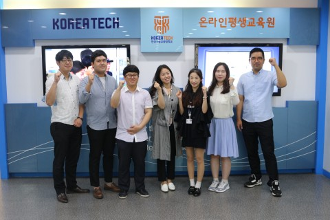 코리아텍 온라인평생교육원 직원 안득용(맨 왼쪽), 이현수(왼쪽에서 세 번째), 신선영(왼쪽에서 네 번째)