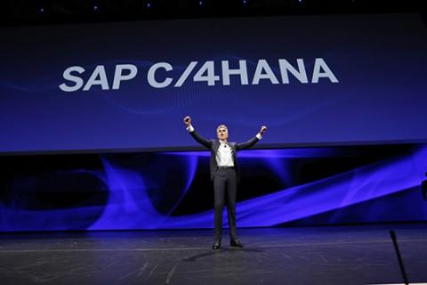 기조연설에서 SAP C4HANA를 발표하고 있는 빌 맥더멋 SAP CEO