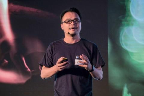 글로벌 통합 브랜드 발표를 하고 있는 찰리 차이(Charlie Tsai)