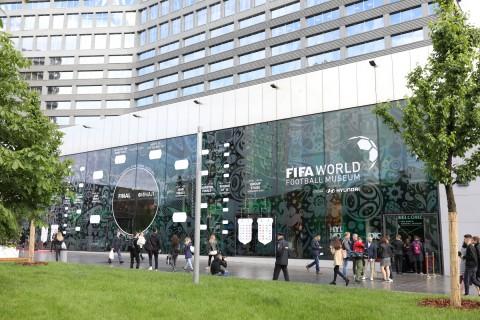 2018 FIFA 러시아 월드컵 기간 동안 현대 모터스튜디오 모스크바 건물 외관 벽면에 조성된 경기 대진표 파사드