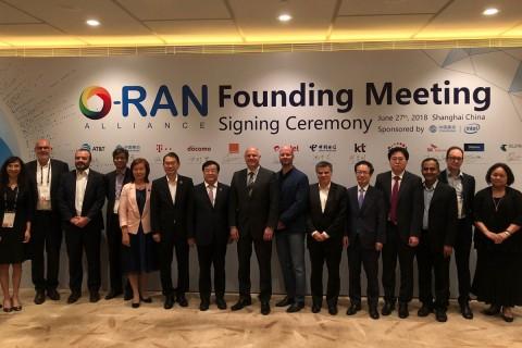 상하이 케리호텔에서 SK텔레콤 조성호 엑세스네트워크랩 팀장(사진 오른쪽 네번째) 등 O-RAN얼라이언스 회원들이 총회를 마치고 기념사진을 촬영하고 있다
