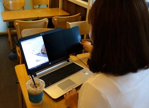 정보보호필름을 노트북으로 체험중인 참가자