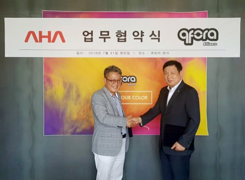 컬러즈 홍영민 대표(왼쪽)와 아하정보통신 구기도 대표가 뷰티·패션 분야 IOT 기반 구축을 위해 업무협약을 체결했다