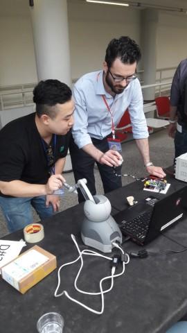 코리아텍 기계공학부 연구팀이 유로햅틱스 2018 Conference의 햅틱시연발표대회에서 소개한 모양정보와 질감정보를 동시에 제공하는 착용형 햅틱장치를 정상구 대학원생이 시연하고 있다