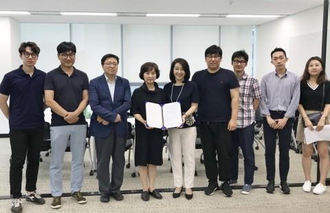 서울산업진흥원(박보경 콘텐츠산업본부장)과 서울문화재단(한지연 미디어소통실장)이 MOU를 체결하고 있다