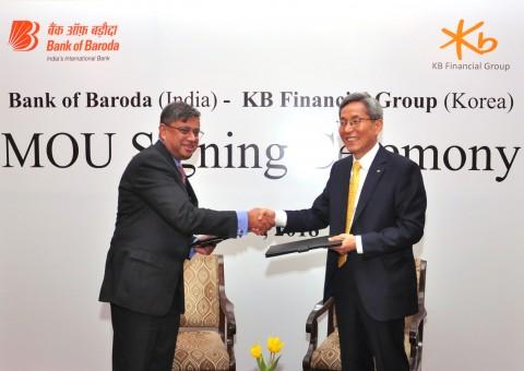 왼쪽부터 Baroda Shri P.S. Jayakumar(자야쿠마) 은행장, KB금융그룹 윤종규 회장