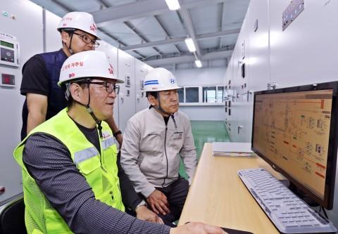 12일 SK텔레콤과 현대자동차 관계자가 현대자동차 울산공장에 구축한 열병합발전 시스템 및 FEMS 솔루션을 점검하고 있다