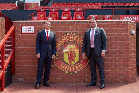올드 트래포드 경기장의 데이비드 콜러(사진 왼쪽)와 MU그룹 상무이사 리처드 아놀드