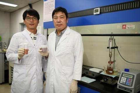 연구책임자인 정희진 책임연구원(왼쪽)과 이건웅 책임연구원이 구리-그래핀 복합 파우더와 잉크를 각각 들고 포즈를 취하고 있다