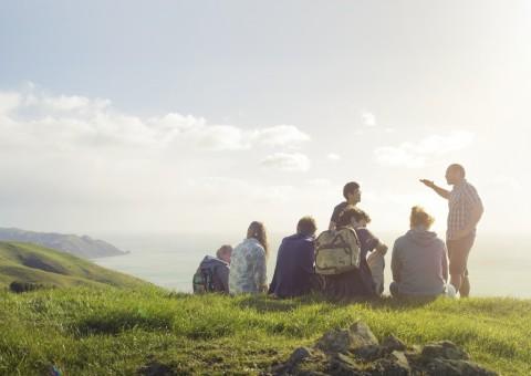 뉴질랜드에서 학생들이 야외수업을 진행하고 있다