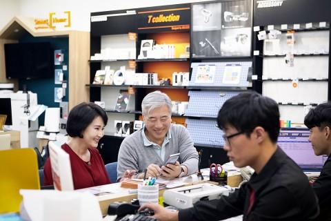 어르신들이 SK텔레콤 직원들에게 휴대폰 상담을 받고 있다