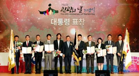 김순철 코레일관광개발 대표이사(왼쪽에서 두 번째), 도종환 문화체육관광부 장관(왼쪽에서 여섯 번째)