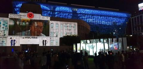 서울거리예술축제 폐막공연인 콩플렉스 카파르나움의 '새로운 메시지가 도착했습니다'는 2일부터 5일까지 서울광장 인터뷰 장소에서 시민이 직접 평화를 주제로 토론, 메시지, 그림을 추가해 완성됐다. 사진은 6일 공연 현장