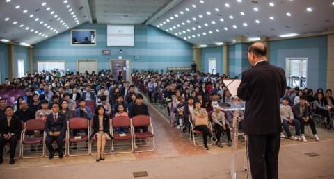 남진석 설립이사장이 입학설명회에서 GVCS 교육에 대해 소개하고 있다