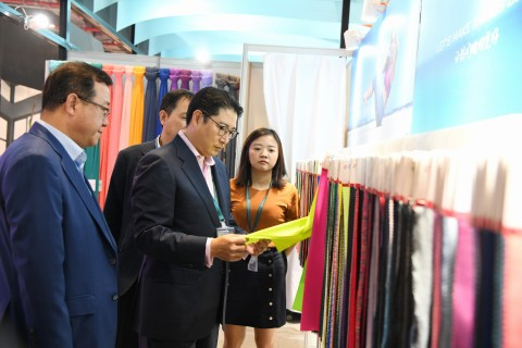 Chairman Hyun Joon Cho of Hyosung participated in the 'Intertextile Shanghai 2018', for three days from September 27 together with twenty-one global client companies. Following on from last year, Chairman Hyun Joon Cho checked the latest trends in the textile market by meeting with customers who visited the exhibition.
