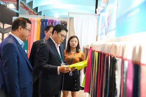 HYOSUNGの趙顕俊会長が9月27日から3日間にわたり、世界の顧客企業21社と共に世界最大のアパレル・ファブリックス展示会'インターテキスタイル上海'に参加しました。昨年に続き、趙顕俊会長は展示会を訪れた顧客と会い、テキスタイル市場の最新トレンドを確認しました。趙顕俊会長はまた、Maniform、Anta、Yishionのトップ経営陣とも会合を持ちました。この3社は、中国のインナー、スポーツウェア、カジュアル衣料の市場で1位、2位のブランドであり、会長は顧客とのウィンウィンの成長が最も重要な価値であることを強調しました。