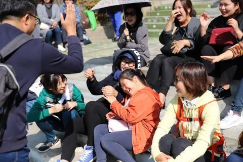 남과 북이 하나되는 문화소통 행사에 참여한 참가자들이 게임을 즐기고 있다