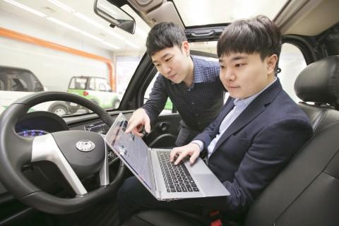 KT 임직원이 마스타자동차관리 전기차에서 전기차 관제 솔루션을 테스트하고 있다