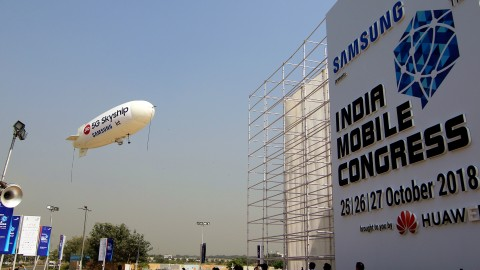 인도 모바일 콩그레스 2018 행사장에서 5G 스카이십이 비행하고 있다