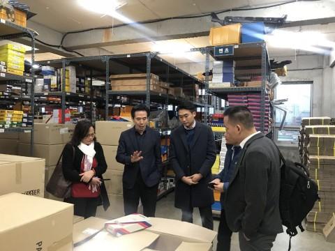 10월 8일 한국에 방문한 베트남 Saguaro사에 자사 제품을 시연하고 있는 김석원 회장(왼쪽에서 두 번째)