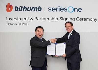 허백영 빗썸 대표(왼쪽)와 마이클 밀덴버거 시리즈원 최고경영자(CEO)가 31일 서울 강남구 빗썸 본사에서 협약을 맺고 악수하고 있다